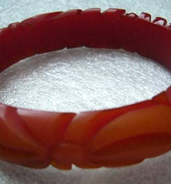 "Vintage art deco red ""end of the day"" carved flower bakelite bangle bracelet"