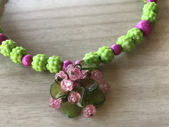 Vintage style early plastic green and fuchsia beads necklace